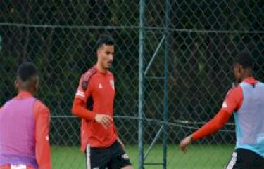 Walce inicia transição, e volante do sub-20 é convocado por Crespo para treino